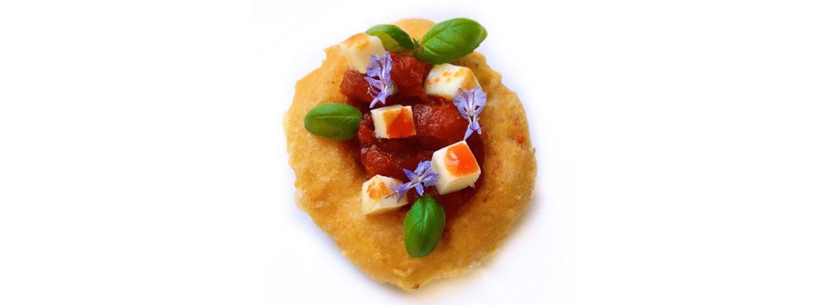 Montanara al peperoncino con pomodoro San Marzano e provola affumicata